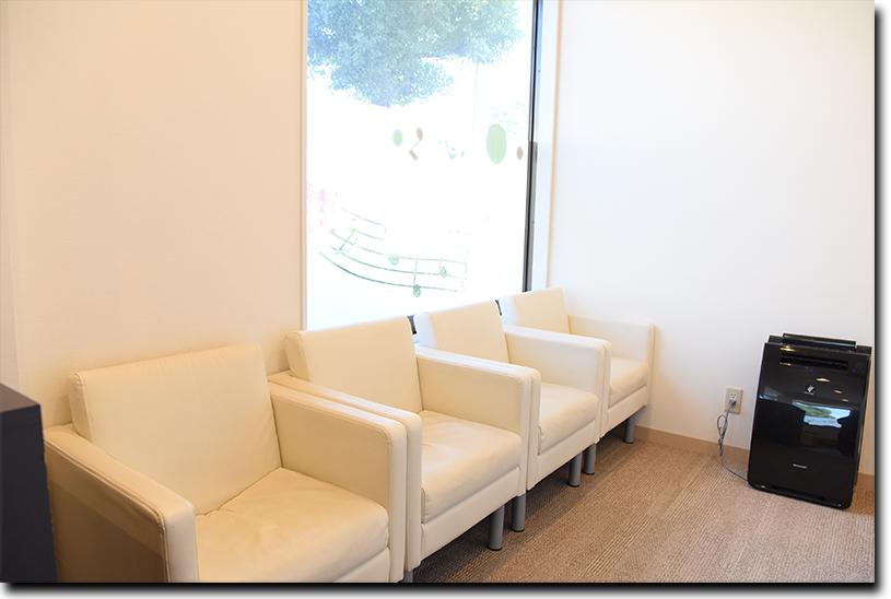 明るく清潔感のある待合室