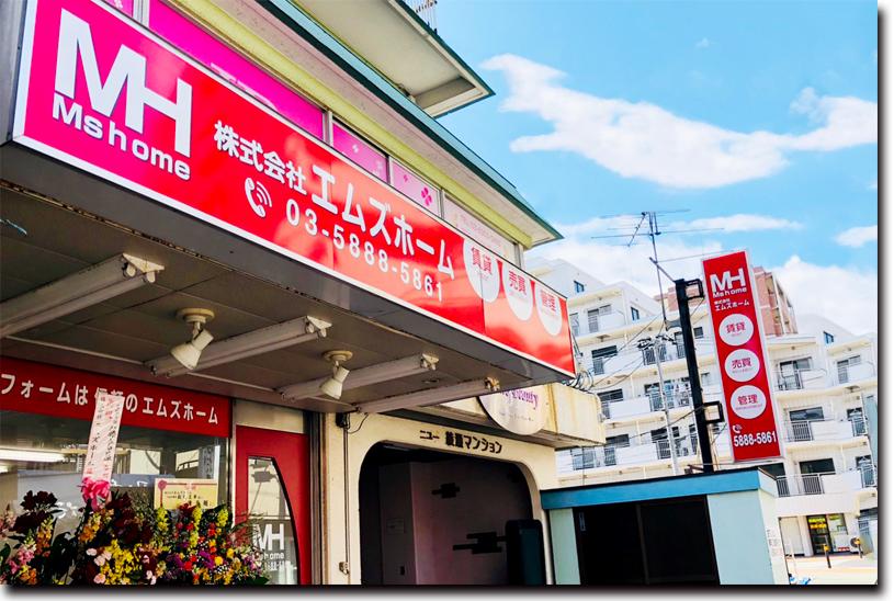 店舗の内観(上)と外観(下)。赤と白を基調にした明るい雰囲気