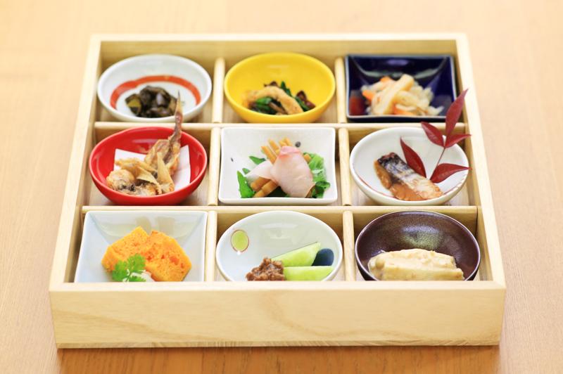 「丹後ばら寿司と長のり合わせ9品」。地域の美食を堪能あれ!