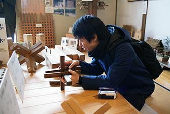 組木技術に触れる建築家・ツバメアーキテクツの千葉元生氏