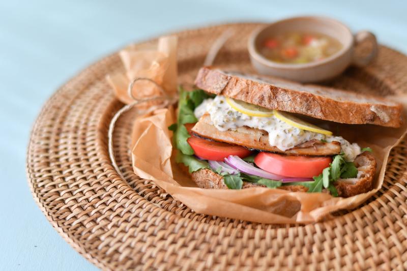 シイラの干物をサンドイッチに