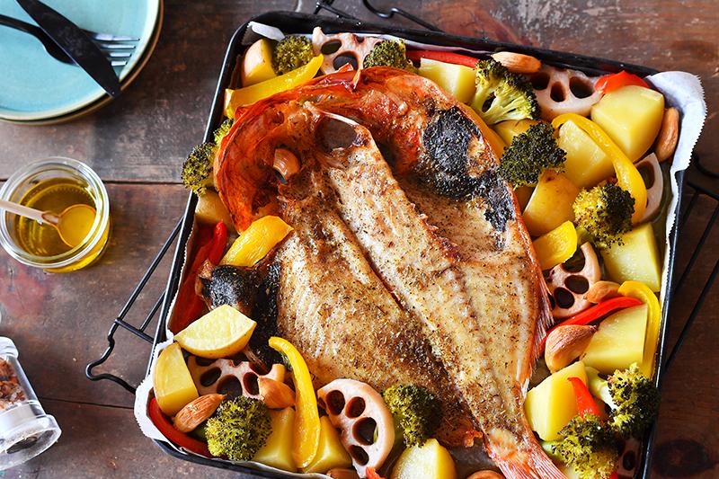 金目鯛にオリーブオイルをかけて焼き、ハーブグリルに