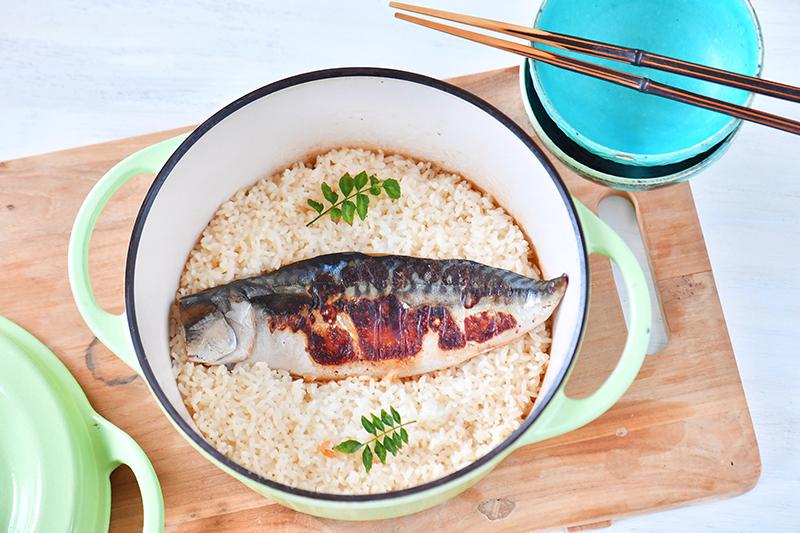 サバの黒七味をご飯と共に炊きこんで